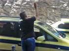 Vídeo flagra taxistas agredindo motorista de Uber em Copacabana