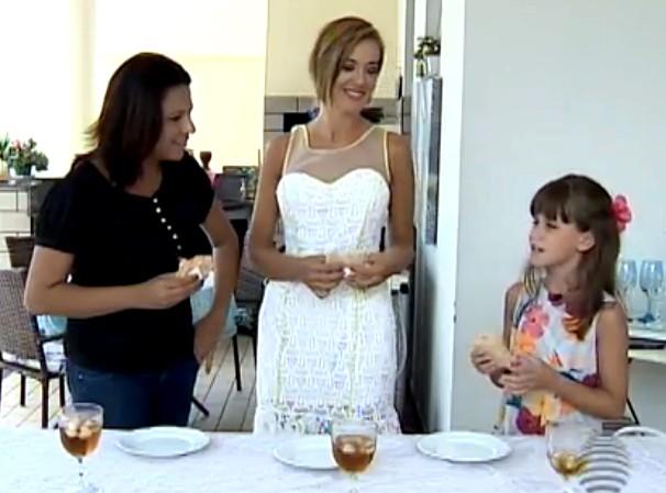 A repórter Katiuscia Reis com as convidadas do quadro 'Cozinha Popular' (Foto: Reprodução/TV Fronteira)