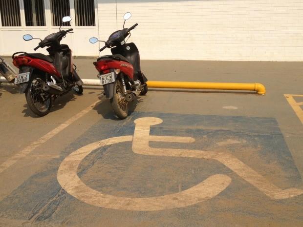 Moto estacionada em vaga destinada a deficientes (Foto: Eliete Marques/G1)