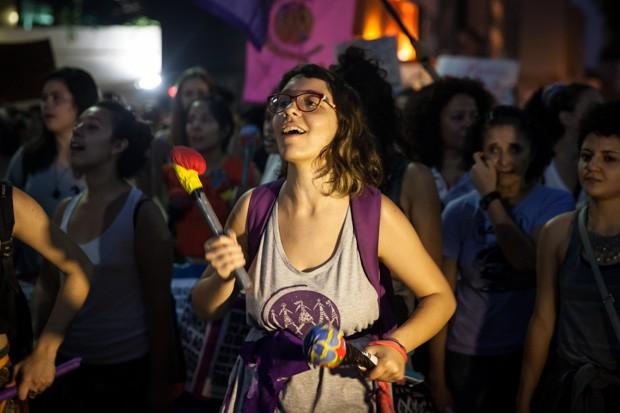 A estudante de letras Helena Zelic, de 19 anos, atualmente milita na Marcha Mundial das Mulheres e toca na 'batucada' da Fuzarca Feminista; mas, quando estava no colégio, já participava de coletivo de meninas (Foto: Fabio Tito/G1)