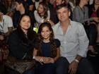 Com seguranças, pais de Marquezine prestigiam filha no Fashion Rio