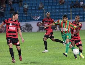 Moto e Sampaio duelam pelo primeiro turno do Campeonato Maranhense 2012 (Foto: Douglas Junior/O Estado)