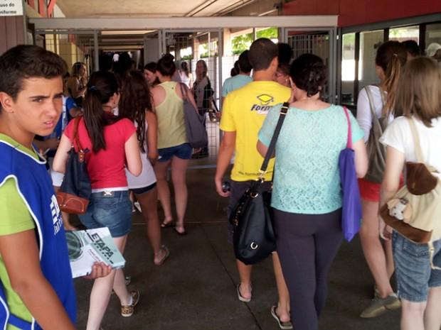 Candidatos entram para provas no Sagrado Coração de Jesus em Campinas (Foto: Marcello Carvalho/G1)