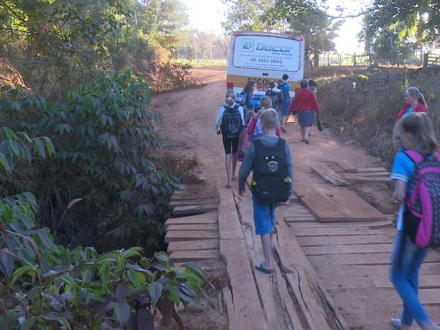 Estudantes têm atravessado a ponte caminhando para apanhar o ônibus escolar (Foto: Rede Amazônica/Reprodução)