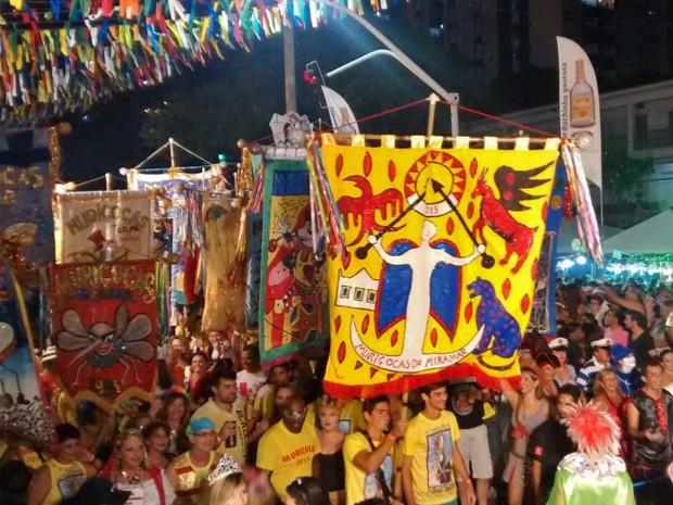 Bloco homenageou o escritor e dramaturgo paraibano Ariano Suassuna; desfile contou com duas alegorias de Ariano, o estandarte foi produzido pelo neto dele, Lucas Suassuna Wanderley (Foto: Krystine Carneiro/G1)