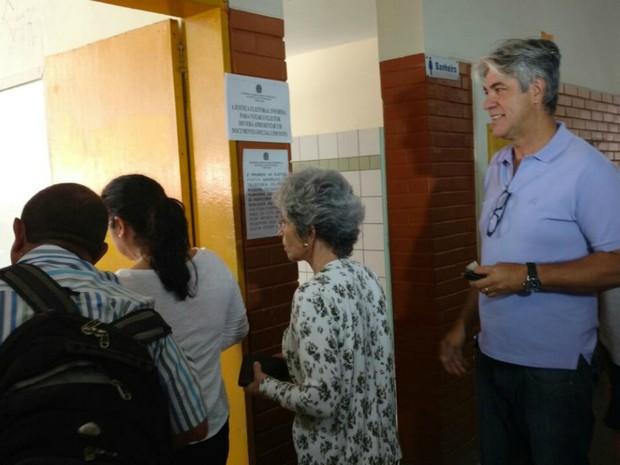 Candidato Alex do PT (Foto: Alex do PT na fila para votar, em Campo Grande)