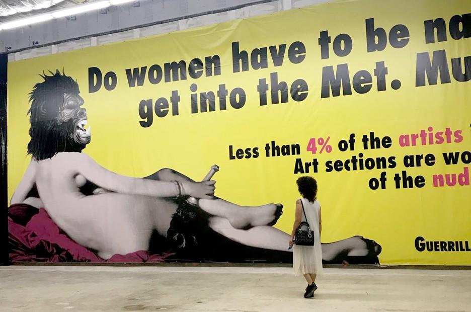 A editora Adriana Ferreira Silva posa na exposição do coletivo feminista Guerrilla Girls, na Art Basel (Foto: Reprodução / Instagram)