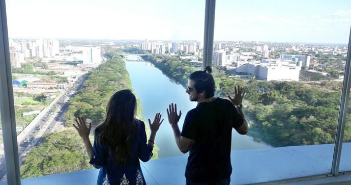 Simone Castro e Bernado Mesquita visitam o mirante da Ponte Estaiada (Foto: Gshow/Rede Clube)
