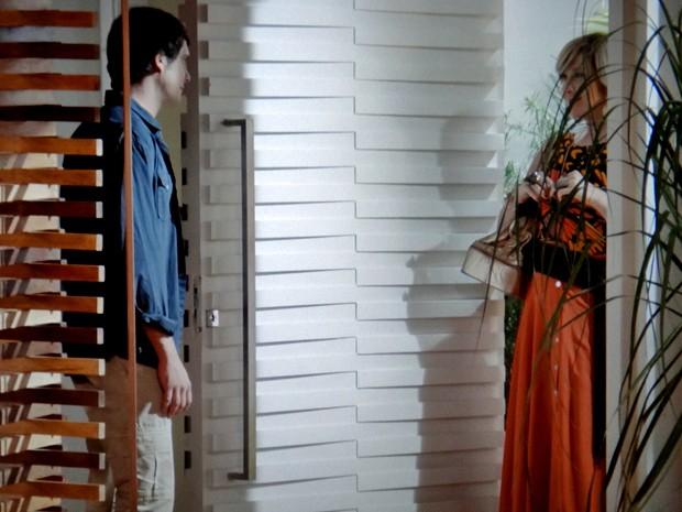 Caíque recebe a paranormal em sua casa (Foto: TV Globo)