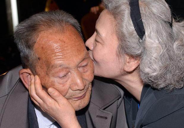 A sul-coreana Lee Jeong-Suk, de 68 anos, beija seu pai norte-coreano, Ri Heung-Jong, de 88 anos, durante o reencontro; eles não se veem desde que ela tinha dois anos de idade (Foto: The Korea Press Photographers Association/AFP )