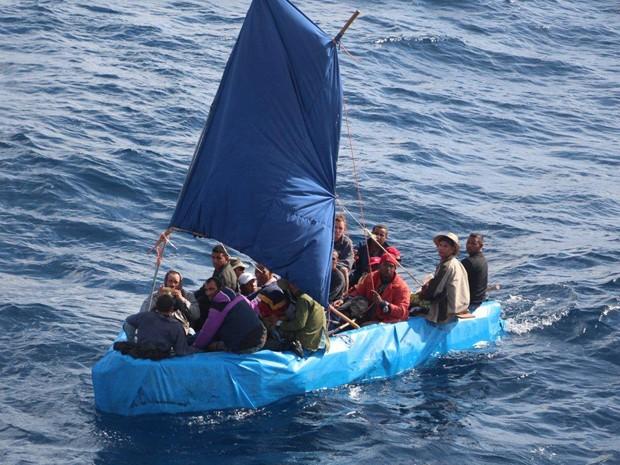 Balsa improvisada transporta 24 cubanos que tentavam chegar aos Estados Unidos em 1º de janeiro (Foto: AP Photo/U.S. Coast Guard)