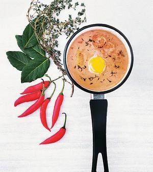 O chupe peruano é um prato delicioso que já conquista pelo aroma. Combinado com um visual caprichado, na panelinha de ágata, fica irresistível (Foto: Rogério Voltan/Editora Globo)