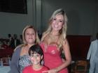 Andressa Urach leva filho para ensaio de escola de samba em São Paulo