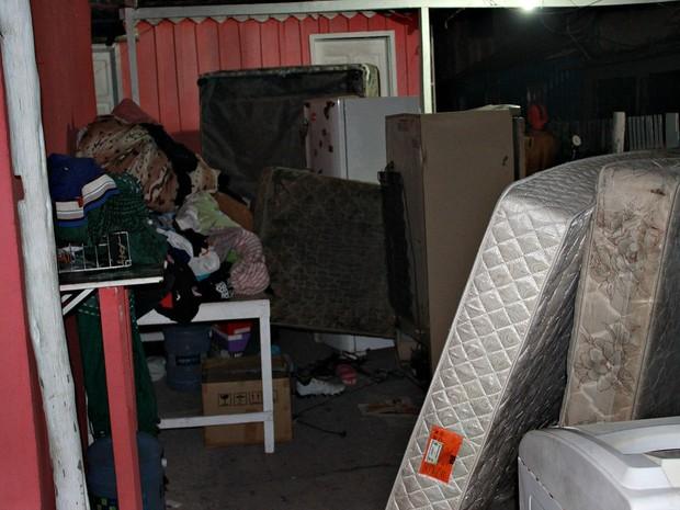Colchões, geladeiras e roupas foram alguns dos itens resgatados pelos moradores do Petrópolis após incêndio (Foto: Gabriel Machado/G1 AM)