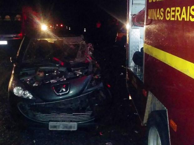 Dois carros bateram de frente e uma criança de 3 anos morreu, entre Varginha e Elói Mendes (Foto: Corpo de Bombeiros)