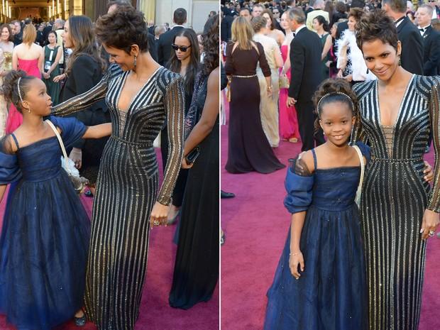 A pequena Quvenzhané Wallis, indicada ao Oscar de melhor atriz, encontra-se com Halle Berry, primeira atriz negra a vencer na categoria, em 2001 (Foto: Joe Klamar/AFP)