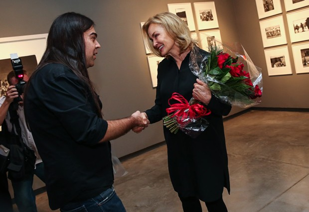 Jessica Lange recebe flores de fã (Foto: Manuela Scarpa/Foto Rio News)