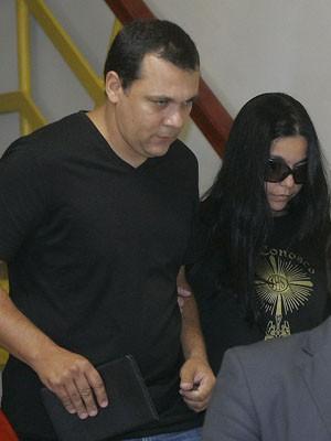 Pai do menino João, o empresário Heraldo Bichara Júnior deixa a delegacia ao lado da esposa Aline Santana (Foto: ALESSANDRO COSTA/AGÊNCIA O DIA/ESTADÃO CONTEÚDO)