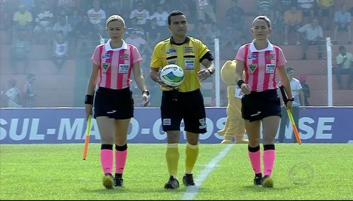 Vanessa e Daiane com o árbitro Ernani Tomaz da Silva (Foto: Reprodução/TV Morena)