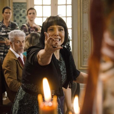 Ana Beatriz Nogueira e José Mayer gravam uma cena de 'Saramandaia' (Foto: TV Globo/Raphael Dias)