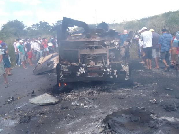 carro-forte foi indendiado em Pedra Branca (Foto: VC no g1)