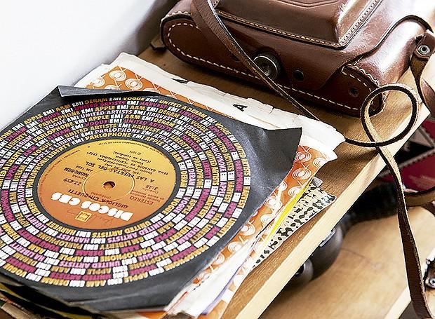 Relíquias, como os discos, ficam expostas e fazem parte da decoração (Foto: Life by Lufe)