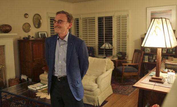 O professor Schekman em sua casa na Califórnia, nesta segunda (7) (Foto: Robert Galbraith/Reuters)