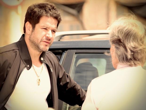 Freira confirma que nunca recebeu dinheiro de Carminha (Foto: Avenida Brasil / TV Globo)