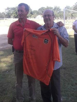 Presidente autografa camisa de fã do Manthiqueira (Foto: Divulgação)