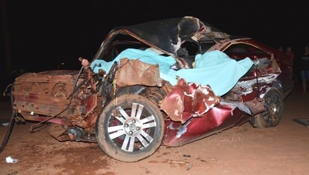 Colisão entre carro e carreta deixa três mortos e dois feridos na MS-141 em Ivinhema MS (Foto: Jhonny Cabral/Ivi Notícias)