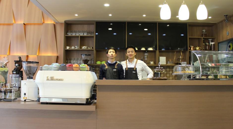 Os irmãos Boram Victor Um e Boram Julio Um, fundadores da Um Coffee Co.  (Foto: Divulgação)