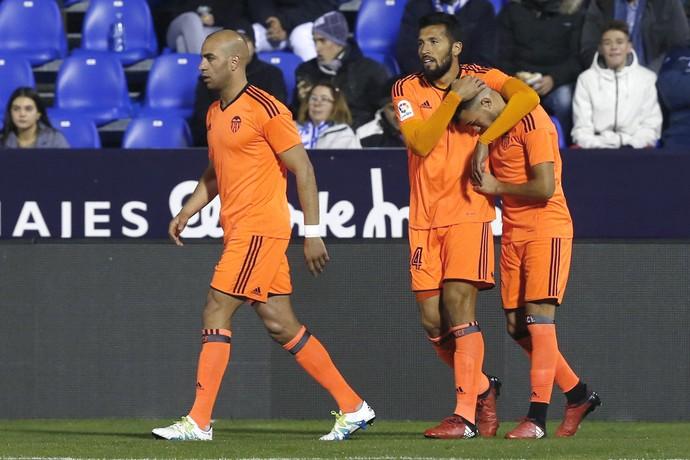 Aymen Abdennour, El Haddadi, abraçado por Ezequiel Garay, na comemoração do gol do Valencia (Foto: EFE/Kiko Huesca)