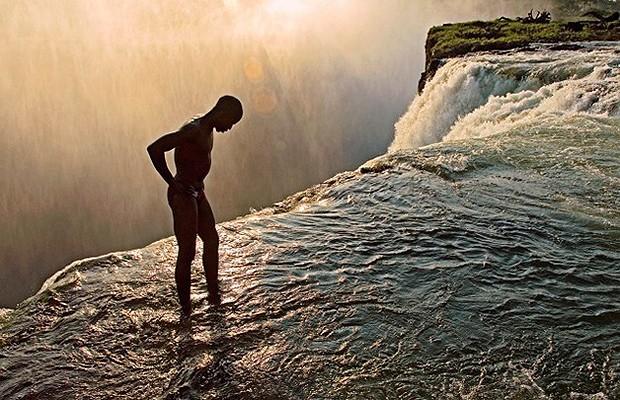 Você teria coragem de ficar na beirada da queda d'água? (Foto: Divulgação)