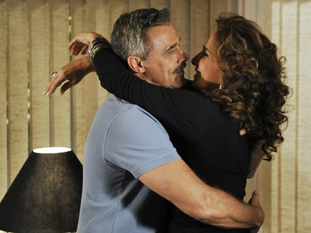 Nunes e Wanda se entregam à antiga paixão adolescente (Foto: Salve Jorge/TV Globo)
