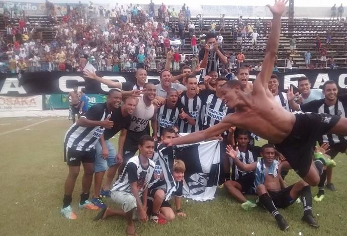 """Atacante Rodrigão """"se joga"""" para comemorar a classificação da Pantera (Foto: Diego Souza/Globoesporte.com)"""