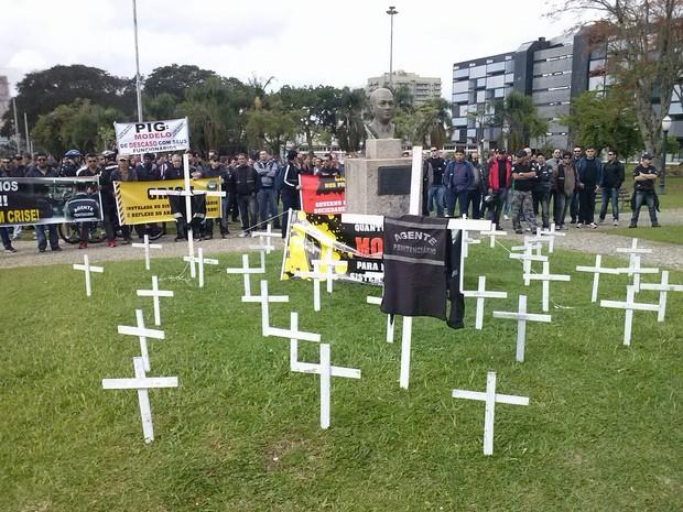 Agente penitenciários protestam em frente a sede do Governo do Paraná (Foto: Everson Moreira/ RPC TV)