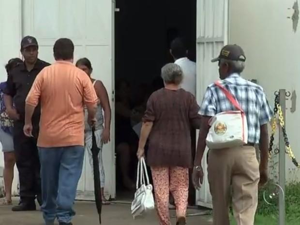 Pacientes vão até o Departamento Regional de Saúde  (Foto: Reprodução / TV TEM)