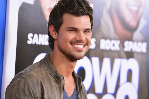"""Taylor Lautner ouviu, quando tinha apenas 16 anos, de uma fã mais velha que ela estava usando uma calcinha escrito """"Team Taylor"""" e que ele poderia assiná-la se quisesse. (Foto: Getty Images)"""