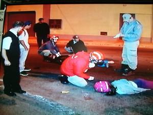 Casal que estava na moto ficou ferido e motorista do carro fugiu (Foto: Reprodução Inter TV / Rogério de Paula)