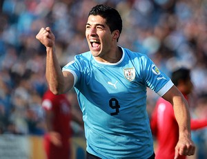 Luis Suarez comemora gol do Uruguai contra o Peru (Foto: EFE)