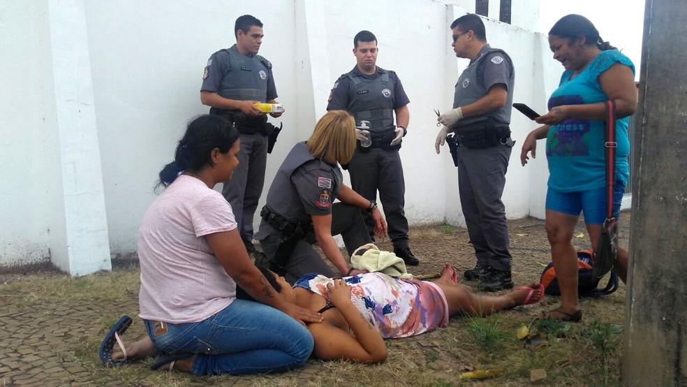 Mãe eu à luz na calçada em frente a base da Polícia Militar, em Campinas (Foto: Polícia Militar)