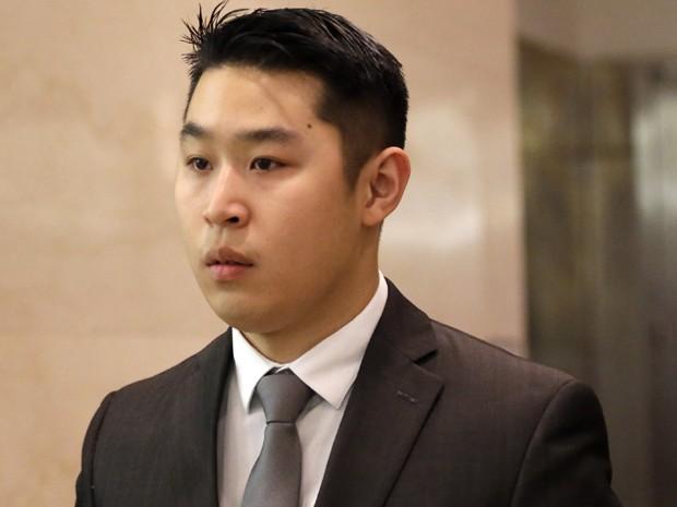 O policial Peter Liang deixa a corte superior do Brooklyn após alegar inocência pela morte de Akai Gurley, na quarta-feira (11), em Nova York (Foto: AP Photo/Mary Altaffer)