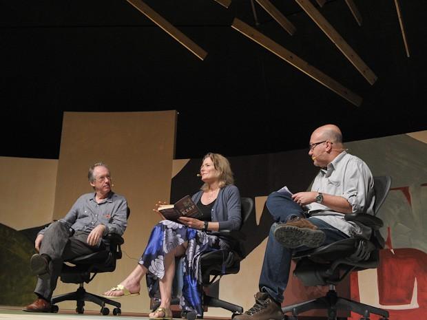 O escritor inglês Ian McEwan (à esquerda), a americana Jennifer Egan e o mediador, Arthur Dapieve (Foto: Flavio Moraes/G1)