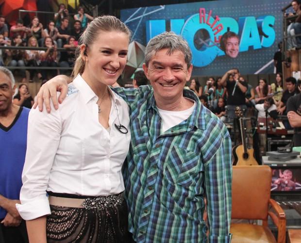 A tenista também tirou fotos com o apresentador Serginho Groisman (Foto: TV Globo/Altas Horas)