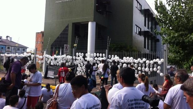 Após marcha, familiares protestam em frente ao MP (Juliana Motta/RBS TV)