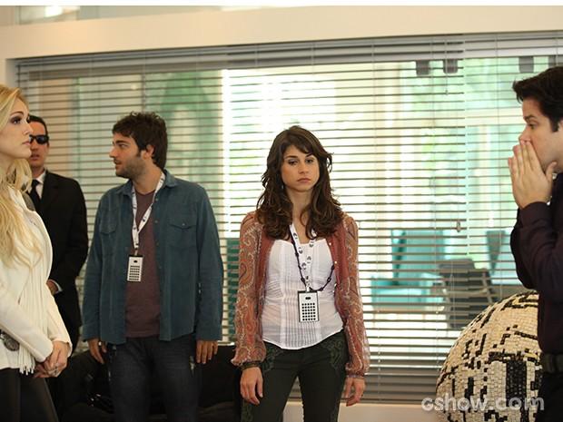 Jonas dá bronca em Megan e Manu (Foto: Camila Camacho / TV Globo)