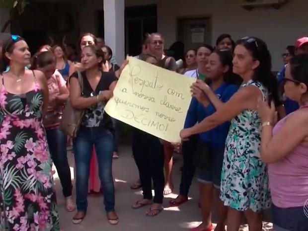 Com 13º salário atrasado, servidores protestam na prefeitura de Barreiras (Foto: Reprodução/TV Bahia)