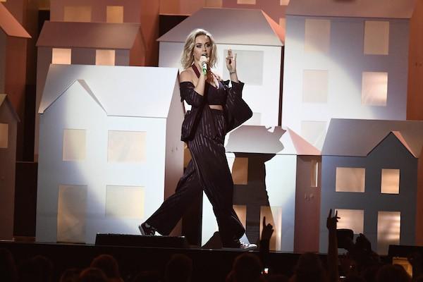 A cantora Katy Perry no show em que ocorreu a queda de seu dançarino (Foto: Getty Images)