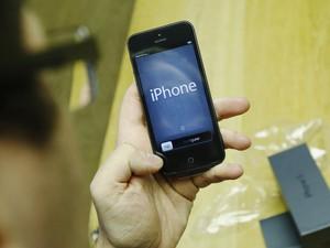 Cliente testa o iPhone 5 em loja em Londres (Foto: Reuters)