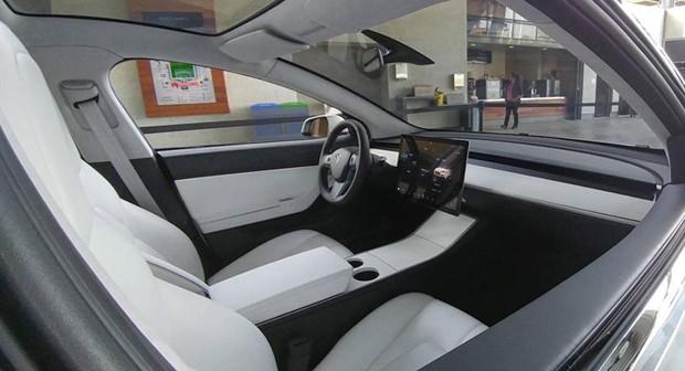 Flagra revela interior do Tesla Model 3 (Foto: Reprodução)